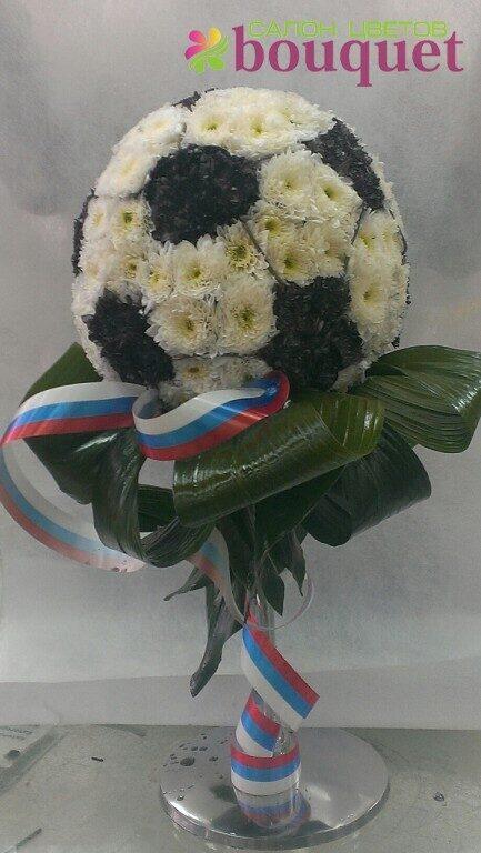 Фото футбольный мяч и цветы